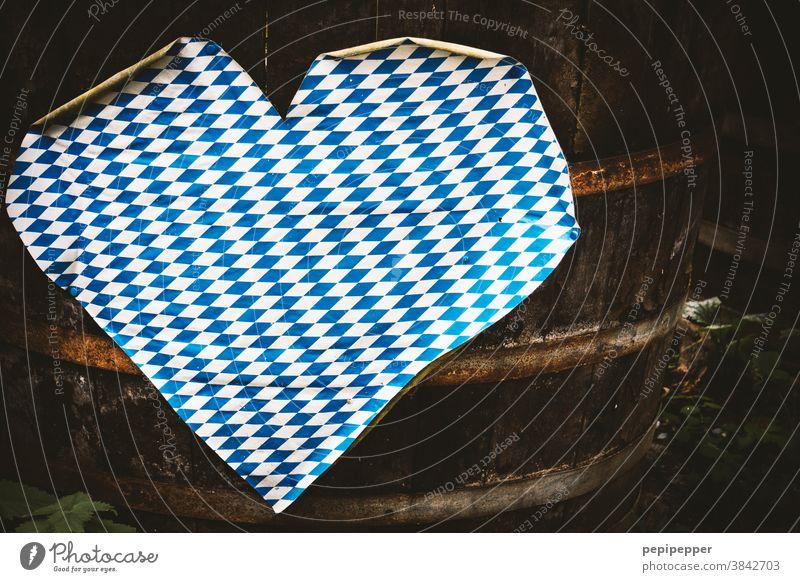 Oktoberfest Herz auf einem Fass herzförmig Liebe Zeichen Verliebtheit Romantik Feiern Feste & Feiern Menschenleer Gefühle Bayern blau weiß Treue Freundschaft