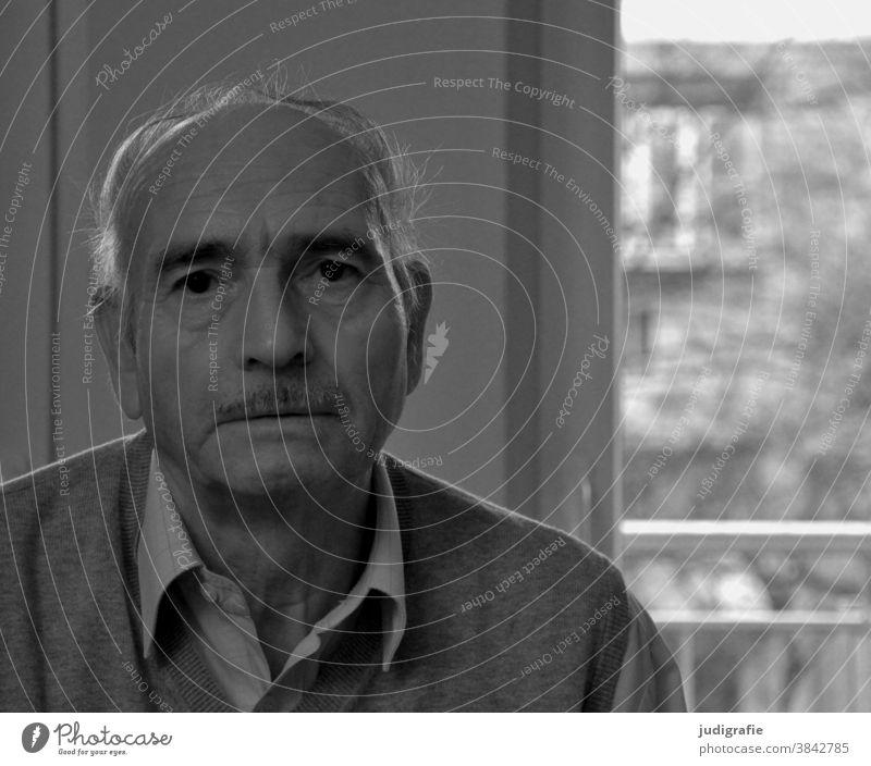 Senior blickt traurig in die Kamera Portrait Mann Männlicher Senior Großvater Erwachsene Schwarzweißfoto Leben Innenaufnahme authentisch melancholie Erschöpfung