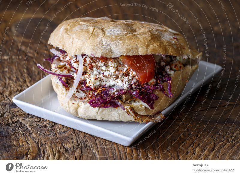 Döner Kebap auf dunklem Holz doener doner Deutsch fastfood giros pita brot tomate kohl Käse feta gyros Zwiebel kebab fleisch meal sandwich huhn türkei Pute