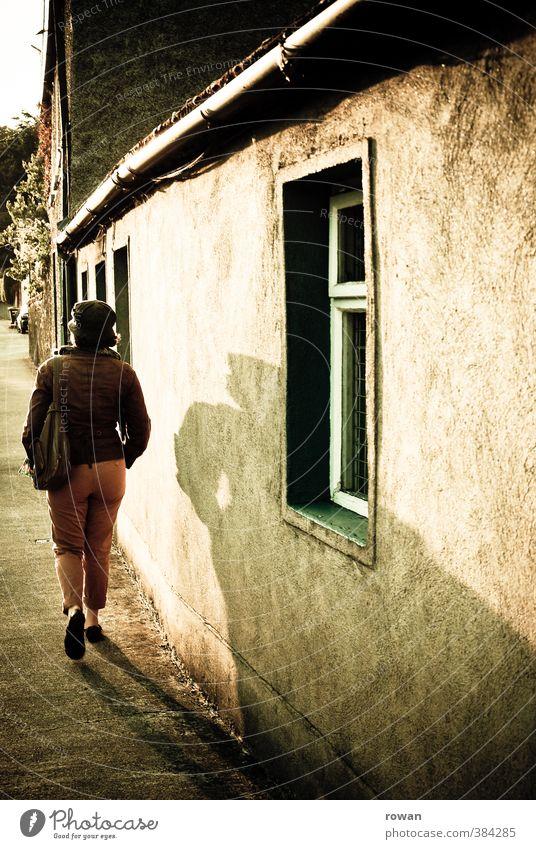 chapelizod 2 Mensch feminin Junge Frau Jugendliche 1 Kleinstadt Stadt Haus Einfamilienhaus Mauer Wand Fassade Wärme Sonnenlicht Gegenlicht Schatten