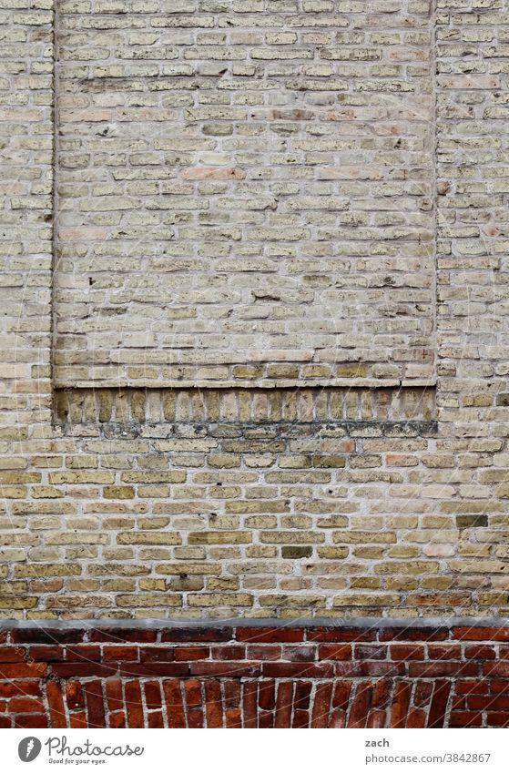 Kunst am Bau l Lüften impossible Fassade Backstein Wand Mauer Haus Stein rot Bauwerk Architektur Linie Strukturen & Formen Backsteinwand alt Backsteinfassade