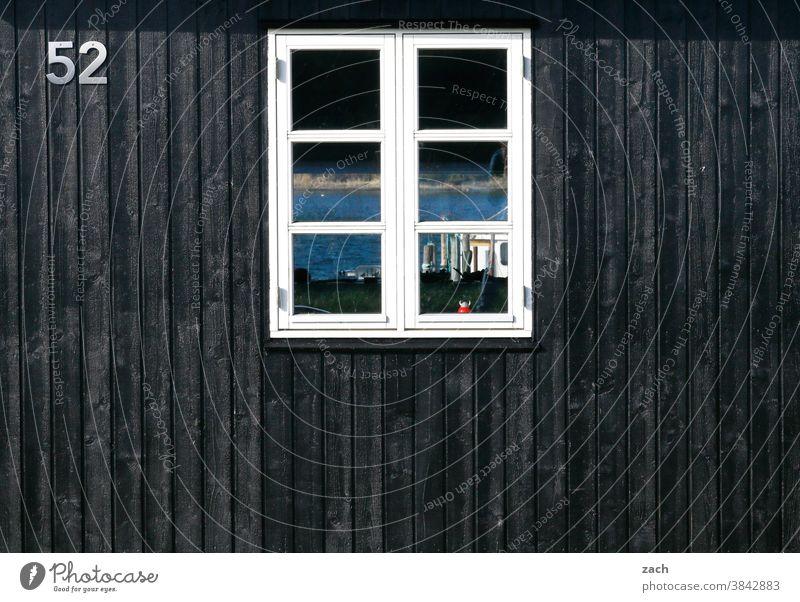 52 mit Durchblick Haus Hütte Holzhaus Holzhütte Fischerhütte schwarz zweiundfünfzig Brett Fensterscheibe Reflexion & Spiegelung Fassade Ziffern & Zahlen
