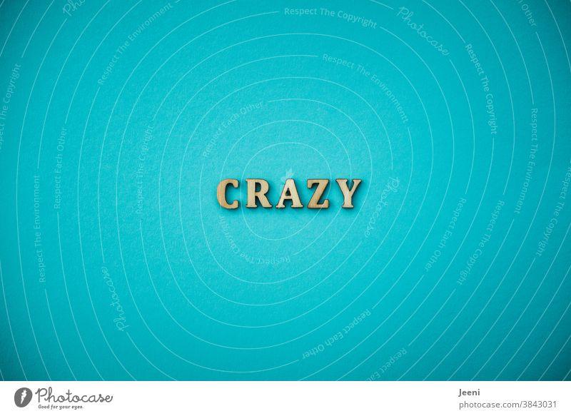 CRAZY | Text auf einfarbigem Hintergrund in türkis-blau crazy verrückt durchdrehen bekloppt gaga plemplem durcheinander durchgedreht übermütig wahnsinnig