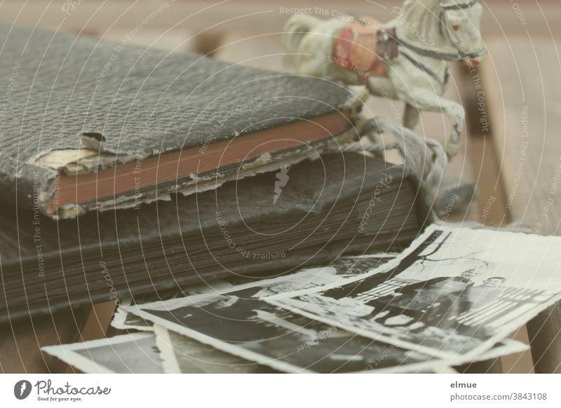 Was bleibt - Schwarzweißfotos, Tagebuch, Fotoalbum, altes Kinderspielzeug - Erinnerungen Schwarz-weiß-Bilder Pferd Pferdchen analog Vergangenheit Nostalgie