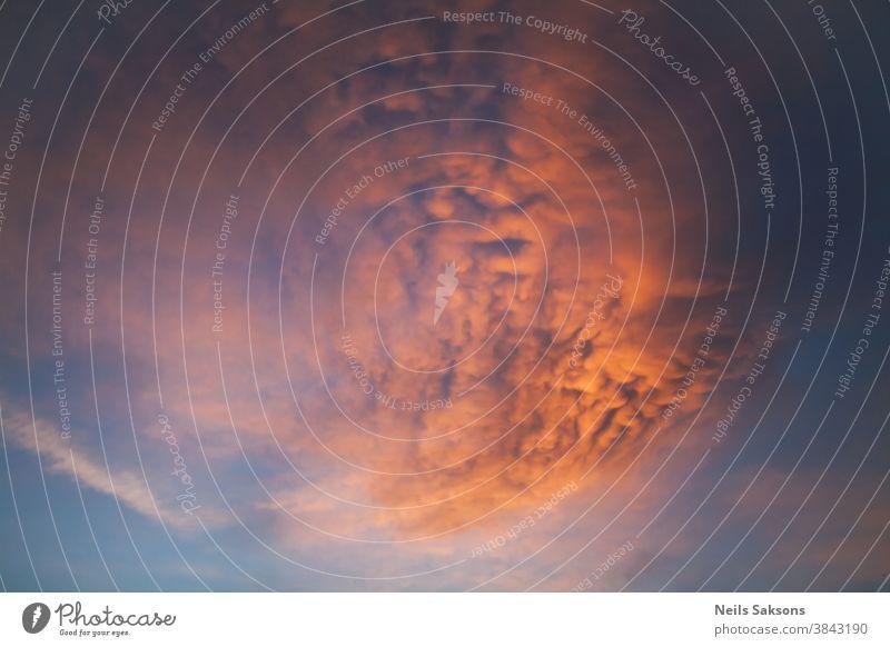 beeindruckend schöne orangefarbene Lockenwolke am blauen Himmel im goldenen Sonnenuntergang abstrakt Air Hintergrund Strahl Balken Schönheit hell geplatzt Cloud