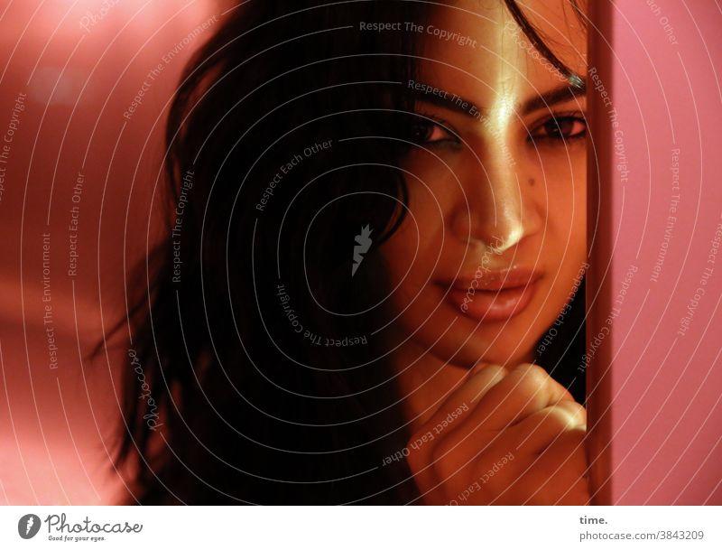 Alla schüchtern scheu skeptisch feminin schwarzhaarig Glas langhaarig Blick schön Wachsamkeit Neugier Interesse Innenaufnahme Reflexion & Spiegelung Kunstlicht