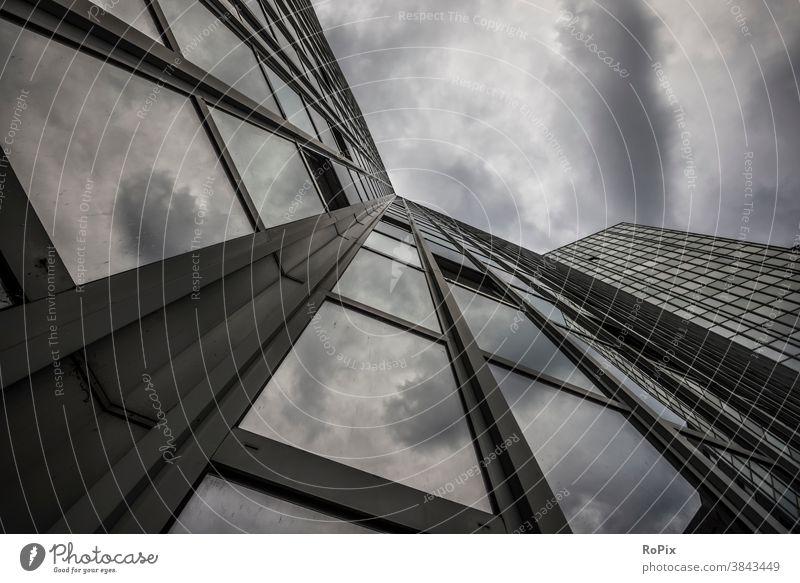 Fassade eines modernen Hochhauses mit Gewitterwolken. Büro Bürokomplex Reflektion Spiegelung Wirtschaft Immobilien Technik Architektur Stimmung Himmel