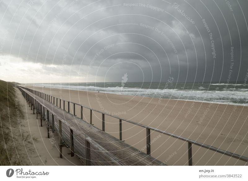 Holzsteg am Strand von Westerland vor herannahendem Unwetter Meer Nordsee Sylt leer Sturm Wetter schlechtes Wetter Regen Gewitter Gewitterwolken Regenwolken