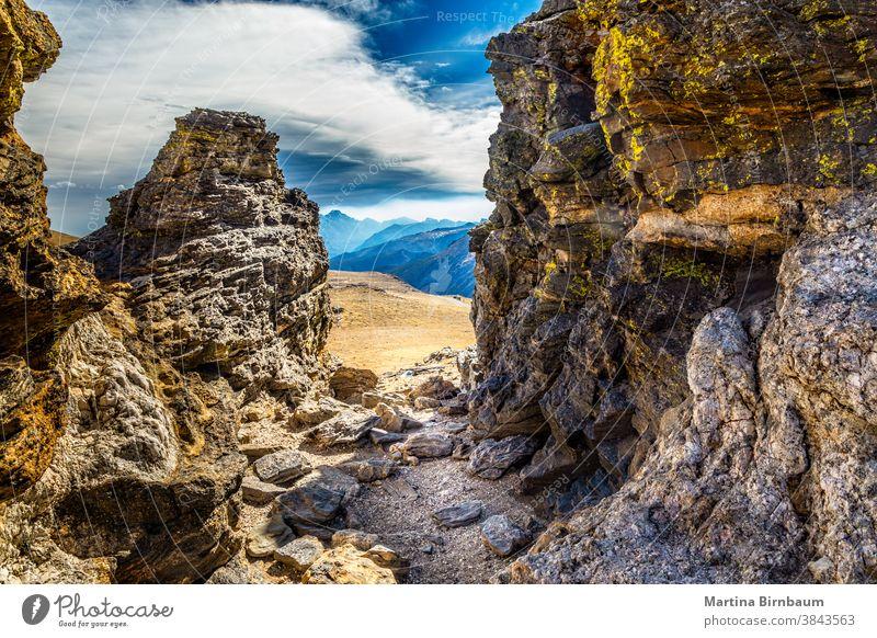 Blick auf den Rocky Mountain-Nationalpark durch Felsen auf dem Pfad der Tundra-Gemeinschaft, Colorado Steine Gipfel Rocky Mountain National Park