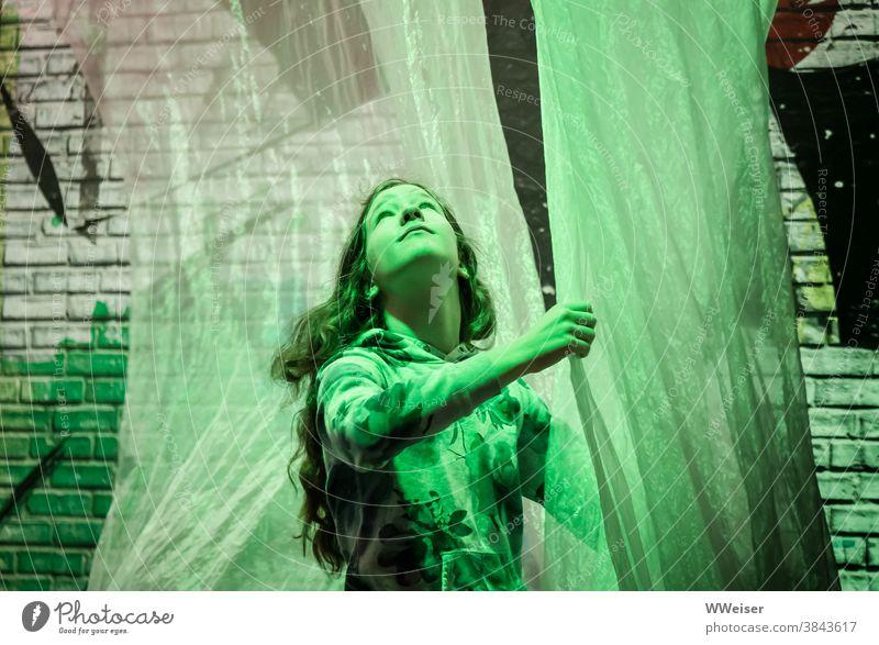 Inmitten von Mauern und Kunststoff... träumt sie von einer grünen Welt Mädchen junge Frau Teenager verspielt tanzen Ziegelstein Licht Vorhang Stoff Gardine