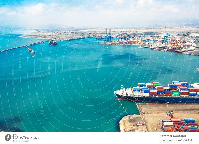 Callao, Lima / Peru - 4. November 2020: Blick auf Hafenbecken und Container im Hafen von Callao Drohnenansicht Luftbildfotografie Luftaufnahme Frachtschiffe