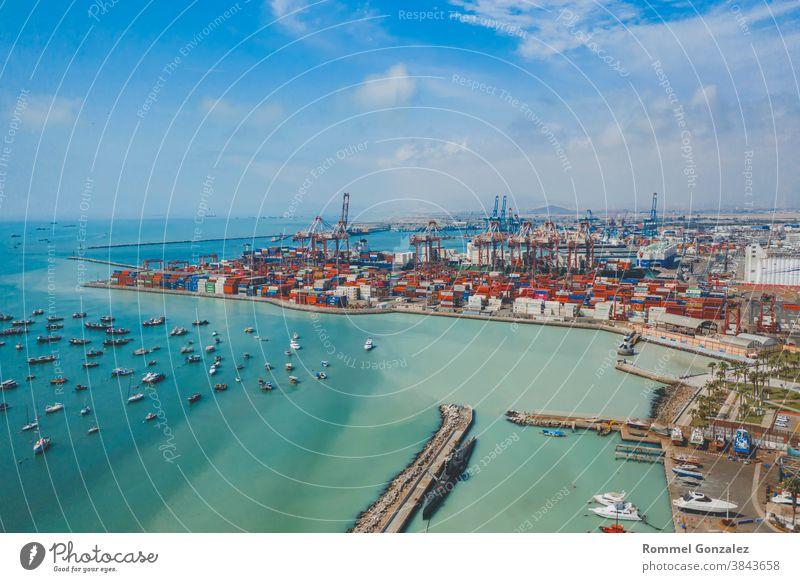 Luftaufnahme Containerschiff mit Container im Import-Export-Geschäft Logistik und Transport von internationalen durch Containerschiff im offenen Meer, mit Kopie Raum.