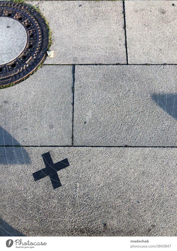 Urbanes Arrangement Gullideckel Boden urban Kreiz Markierung Steinplatten Menschenleer Außenaufnahme Bodenbelag Strukturen & Formen Ordnung Muster grau