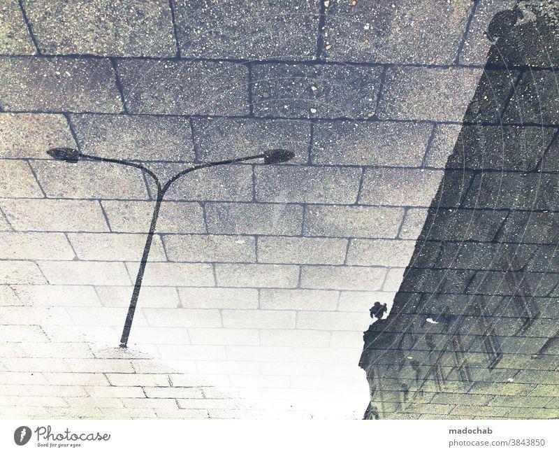 Strukturwandel Wasser Pfütze Herbst Laterne Fassade Reflexion & Spiegelung Himmel Gebäude urban surreal Außenaufnahme nass Architektur Menschenleer Wetter