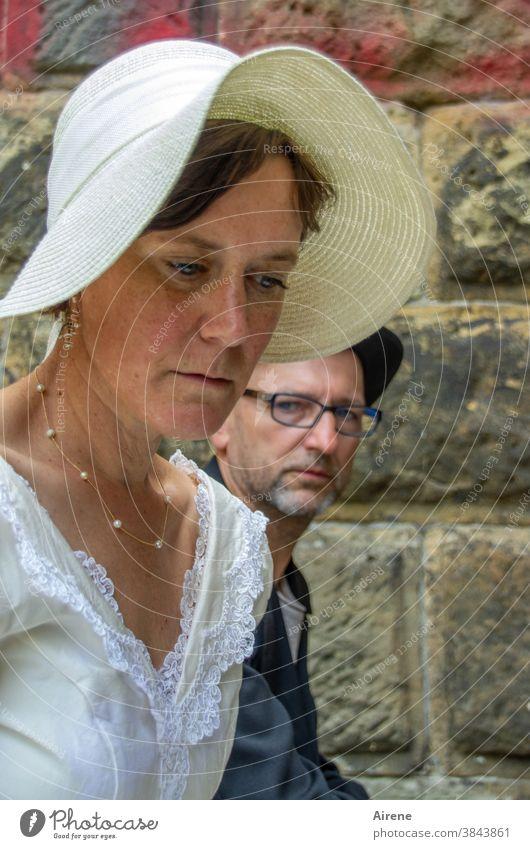 Glaub mir, wenn wir erst verheiratet sind, gilt das mit dem Mindestabstand nicht mehr! Brautpaar Hochzeit Streit traurig Hut Festkleid Brautkleid Anzug