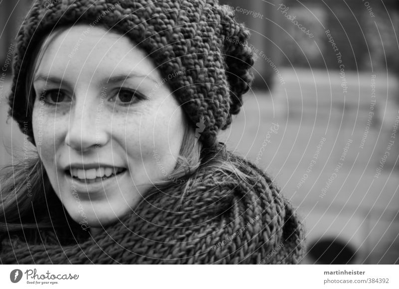 Und was jetzt? feminin Junge Frau Jugendliche Gesicht 1 Mensch 18-30 Jahre Erwachsene Brüssel Stadt Schal Mütze langhaarig Lächeln lachen Glück schön