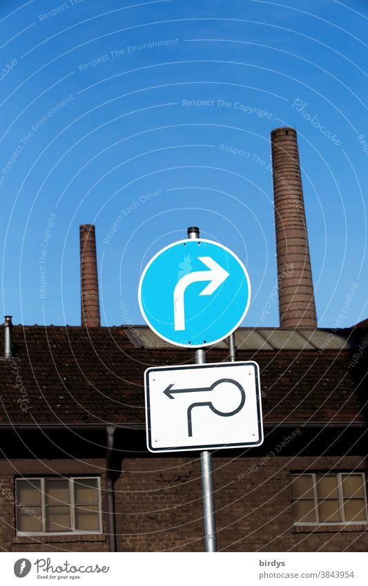 lustige Verkehrsführung durch Straßenschilder vor einer Fabrik Richtung richtungsweisend Richtungswechsel Navigation Verkehrszeichen Schilder & Markierungen