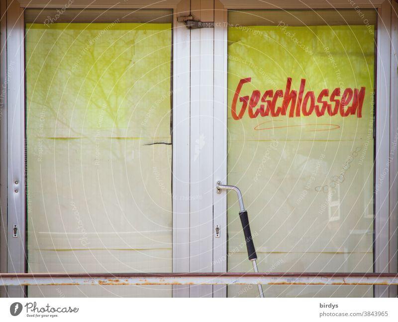 """Eingangstür eines Ladengeschäfts mit der Aufschrift """" Geschlossen """". Pleite gegangen während der Corona - Pandemie Einzelhandel Einzelhandelsgeschäft"""