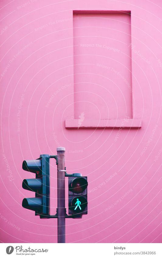Grüne Fussgängerampel vor rosafarbener Wand Ampel Fußgängerampel Start gehen Piktogramm grünes Licht