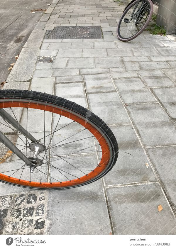 Zwei Fahrräder parken auf dem Gehweg. Fahrradreifen mobilität fahrradreifen pflastersteinen Verkehrsmittel Außenaufnahme Speichen Rad Reifen