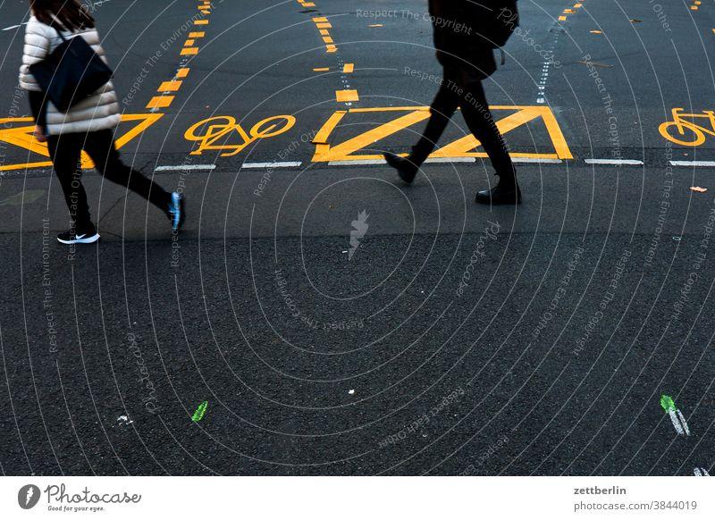 Fußgängerzone Friedrichstraße abbiegen asphalt autobahn ecke fahrbahnmarkierung fahrrad fahrradweg hinweis kante kurve linie links navi navigation orientierung
