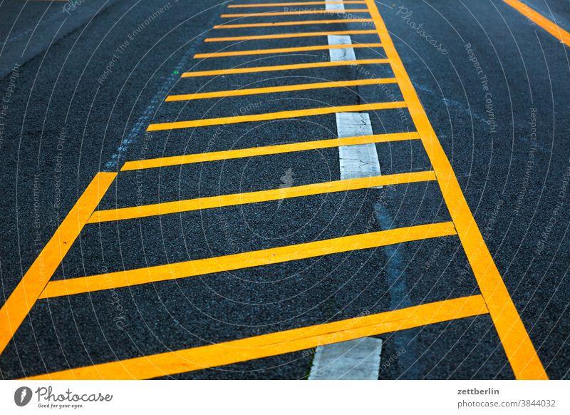 Schraffur auf Asphalt abbiegen asphalt autobahn ecke fahrbahnmarkierung fahrrad fahrradweg hinweis kante kurve linie links navi navigation orientierung pfeil