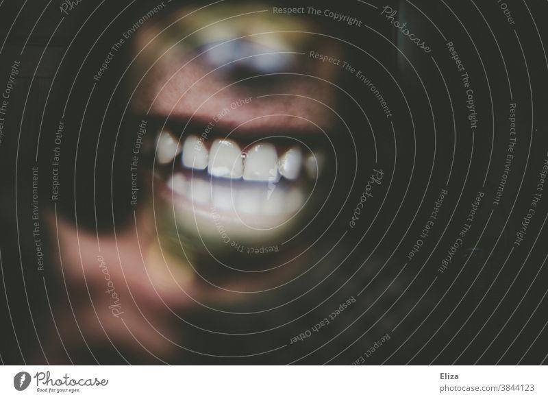 Nahaufnahme von einem lachenden Mund und Zähnen durch eine Lupe hindurch Gebiss Frau Zahnarzt Zahnpflege Lippen Detail