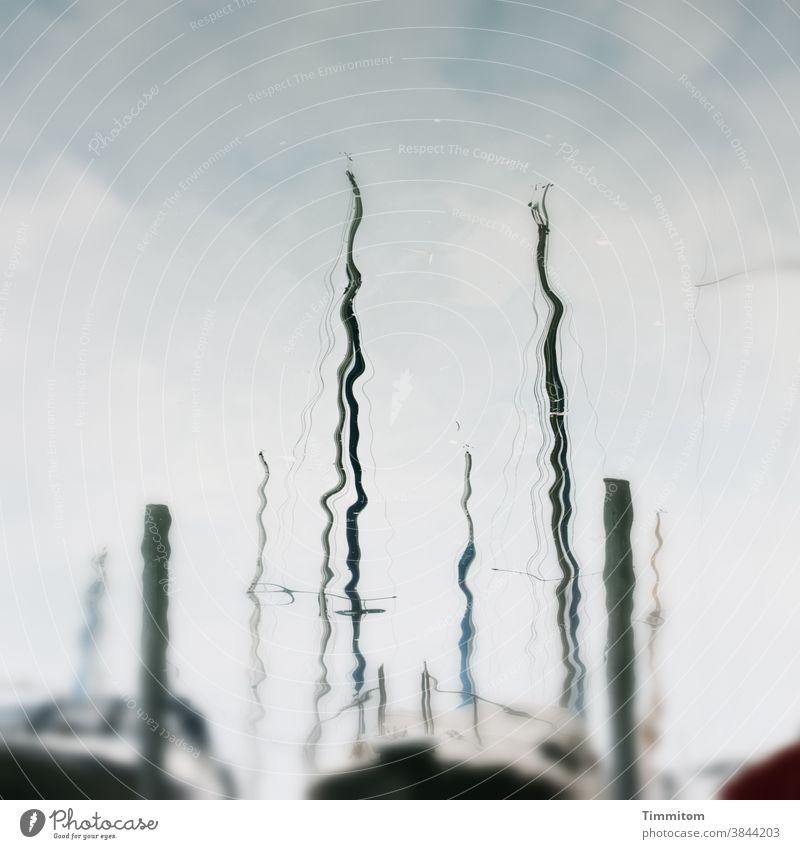 Karl sinniert über eine teilweise verschwommene Spiegelung im Bodensee Wasser Himmel Wolken Spiegelung im Wasser Boote Masten Reflexion & Spiegelung blau See