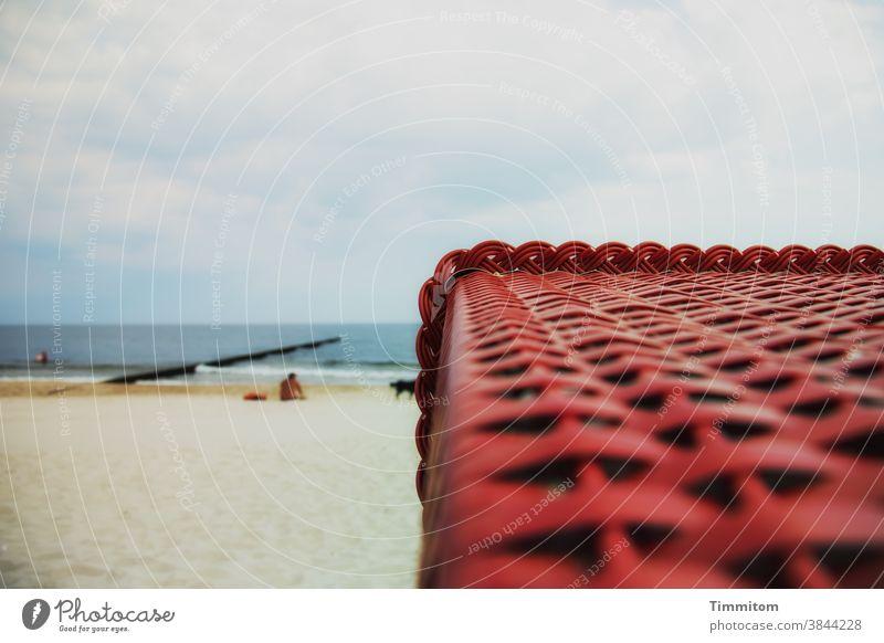 Ostsee, Buhne, Sand und Strandkorb Wasser Himmel Horizont rot blau braun weiß