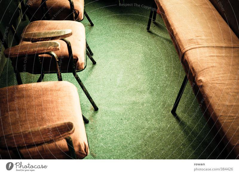 wartezimmer 2 Stuhl trist Warteraum warten Bank braun grün Linoleum alt altmodisch retro Arzt sitzen Langeweile Farbfoto Innenaufnahme Menschenleer