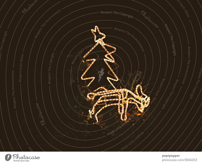 leuchtendes Rehkitz hinter leuchtenden Weihnachtsbaum Weihnachten & Advent Weihnachtsdekoration Dekoration & Verzierung Feste & Feiern Kitsch Winter glänzend