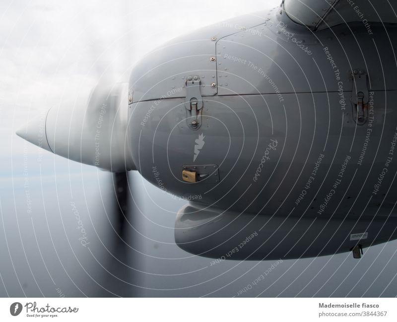 Rotierender Propeller flugzeug Triebwerk Metall Turbulenz wolken Höhe Himmel Urlaub Reise luft Abenteuer