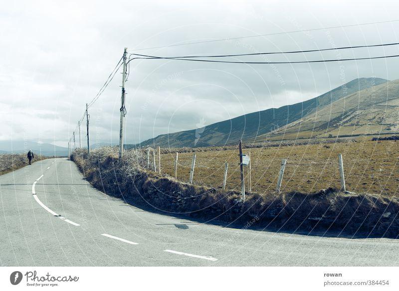 kurve schlechtes Wetter Wiese Feld Straße Wege & Pfade kalt trist Kurve Strommast Kabel Telefonkabel Berge u. Gebirge Wolken Farbfoto Gedeckte Farben