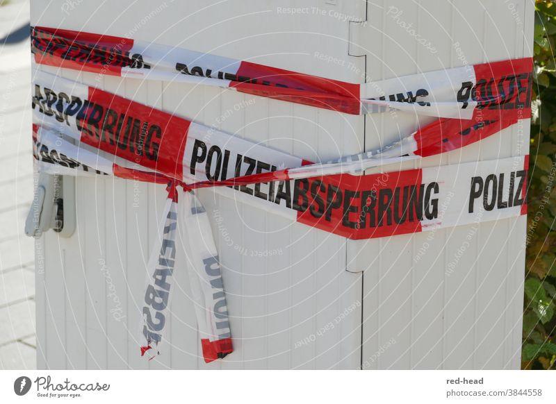 Stromkasten mit Absperrband umwickelt - Polizeiabsperrung, rot- weiß Absperrung Trafokasten weißrot