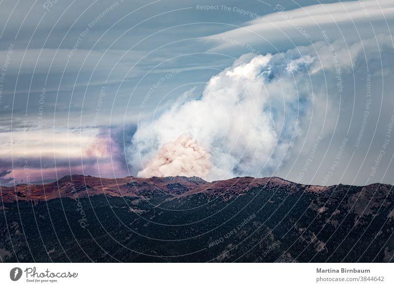 Waldbrände in den Rocky Mountains, Waldbrände im nördlichen Colorado mit riesigen Rauchwolken Dunst Brand Landschaft Flamme Natur Berge Unterfeuer Feuer