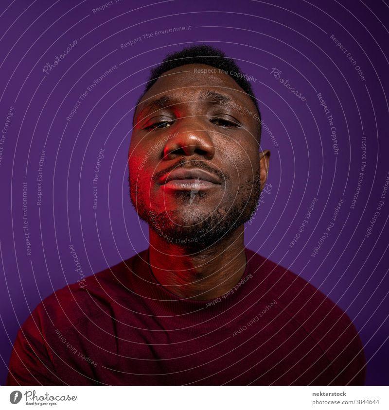 Afrikanischer Mann mit erhobener Nase schaut in die Kamera schwarz afrikanische ethnische Zugehörigkeit Gesicht Snob Porträt eine Person Nase erhoben Snobismus