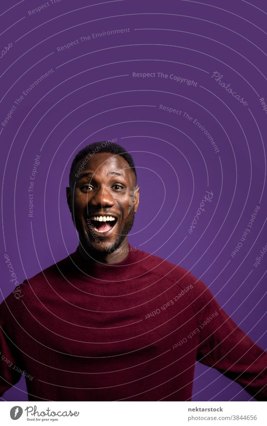 Mann mit aufgeregtem Gesichtsausdruck mit offenem Mund Glück schwarz afrikanische ethnische Zugehörigkeit offener Mund Fröhlichkeit mittlere Aufnahme Freude
