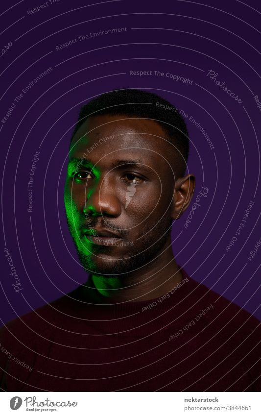 Gesicht eines Afrikaners mit neutralem Ausdruck Mann schwarz Porträt stoisch Leerausdruck neutrale Meinungsäußerung mittlere Aufnahme Ambiente Kopfschuss
