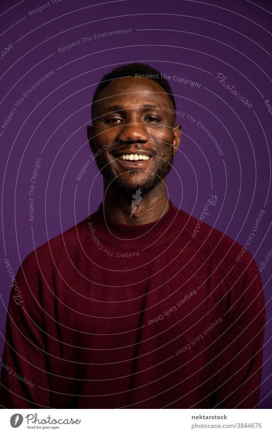 Afrikanischer Mann mit lächelndem Zähnchenlächeln schwarz Lächeln Zahnfarbenes Lächeln in die Kamera schauen afrikanische ethnische Zugehörigkeit Fröhlichkeit