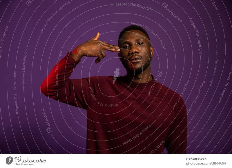 Afrikanischer Mann zeigt Selbstmord-Handgeste schwarz Handzeichen Erschießen Sie mich mich töten Körpersprache Handbewegung Langeweile gelangweilt