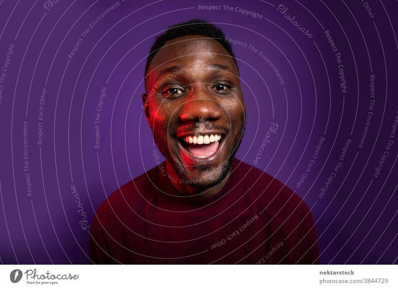 Afrikanischer Mann lächelt mit großem Lächeln in die Kamera Glück schwarz afrikanische ethnische Zugehörigkeit offener Mund Gesichtsausdruck Fröhlichkeit