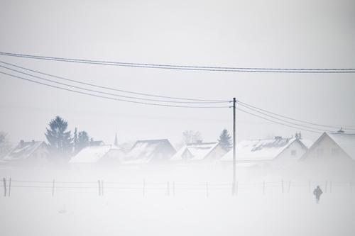 Schneegestöber. Kind Himmel weiß Landschaft Haus Winter kalt grau Schneefall außergewöhnlich Deutschland Eis Feld Kindheit Nebel