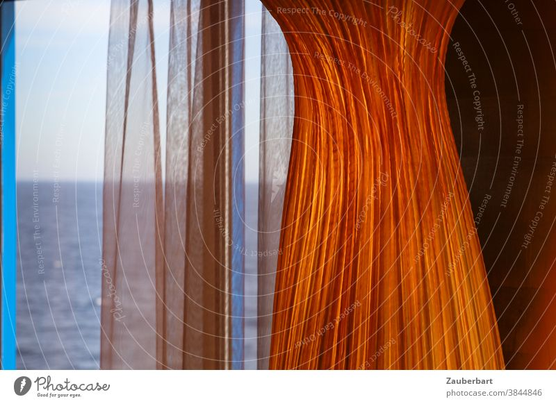 Blick auf das Meer durch Vorhänge orange Fenster Vorhang Schwung Falten blau Reise Sehnsucht Ausblick Ferien & Urlaub & Reisen Gardine Schiff Schiffsreise