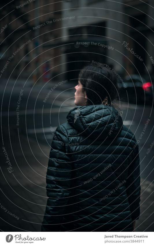 Ein Mädchen beobachtet die Stadt in Sydney, Australien nsw newsouthwales blau Großstadt cbd Bokeh Kathmandu Frau Teenager Erwachsener Jugend junger Erwachsener