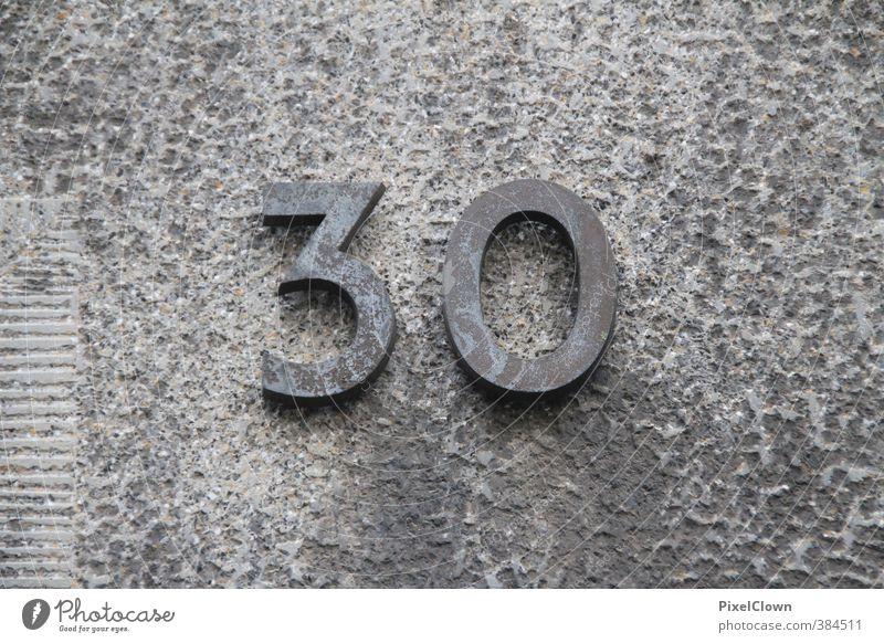 Angst vor dem Älter werden? Stadt Haus Wand Gefühle Senior Mauer Architektur grau Stein Stimmung Wohnung Fassade Häusliches Leben Schilder & Markierungen Beton