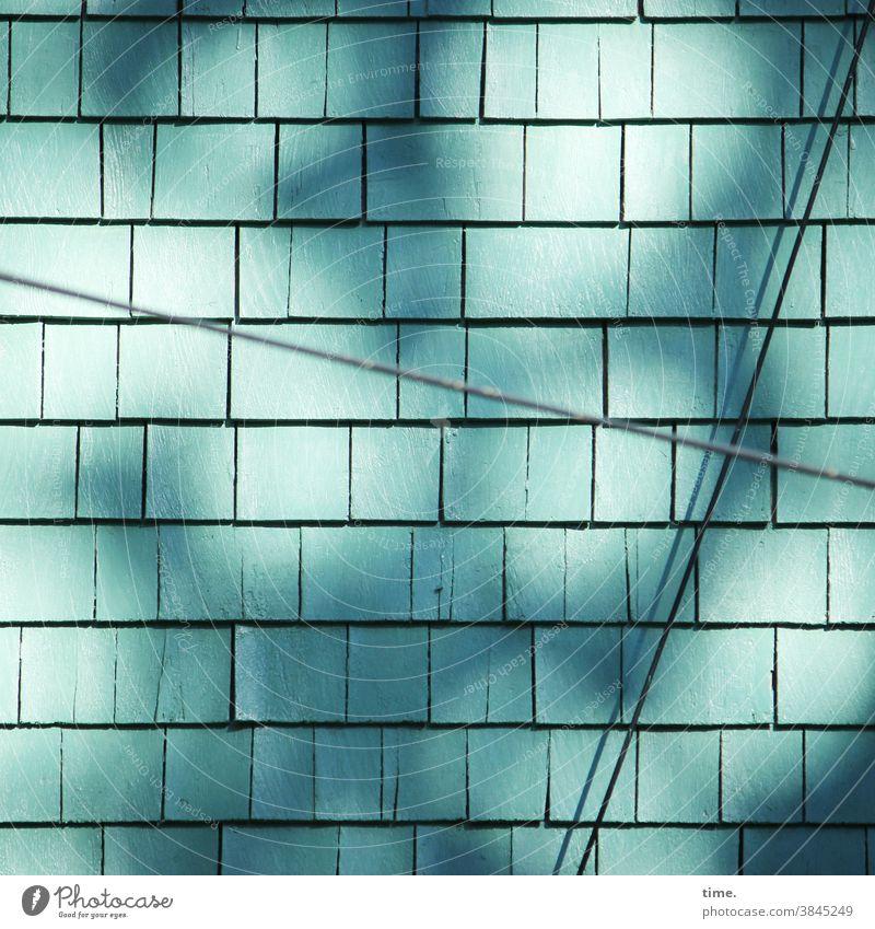 Lebenslinien #144 holzschindeln architektur textur wand sonnig kabel lichtreflex schatten türkis hauswand fassade verkleidung schutz silhouette brüchig diagonal