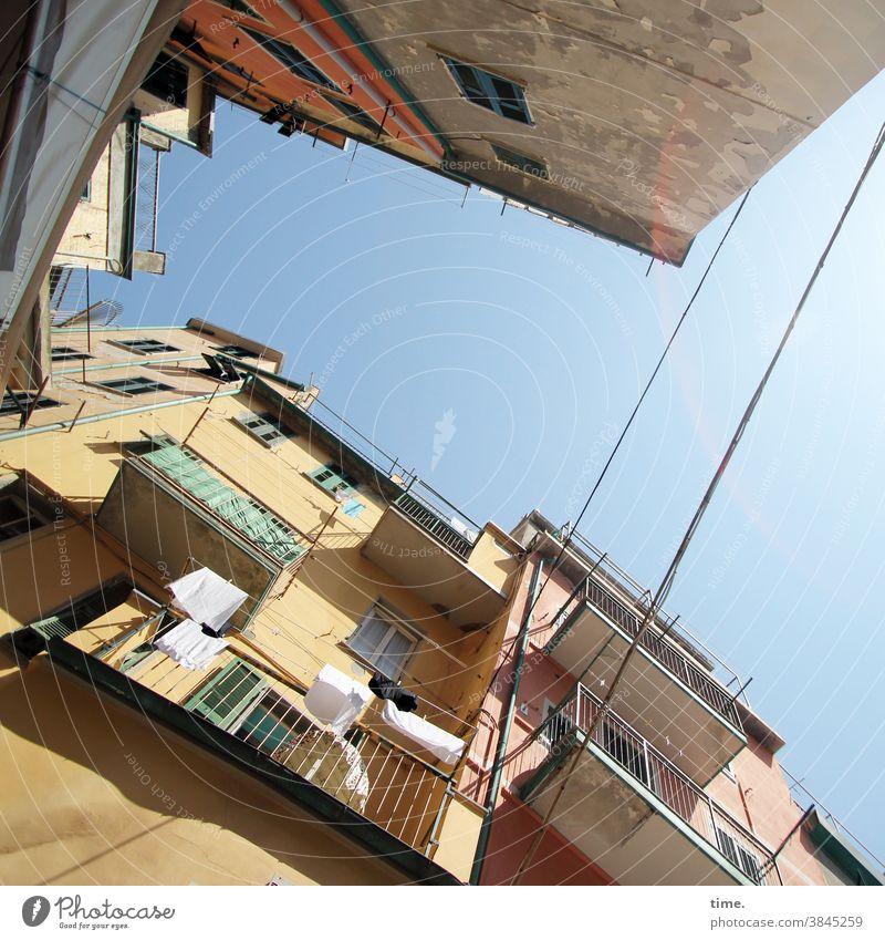 Halswirbelsäulentraining (38) häuser urban Stadt Himmel Architektur balkon sonnig Froschperspektive Sonnenlicht Schatten Menschenleer Außenaufnahme Farbfoto