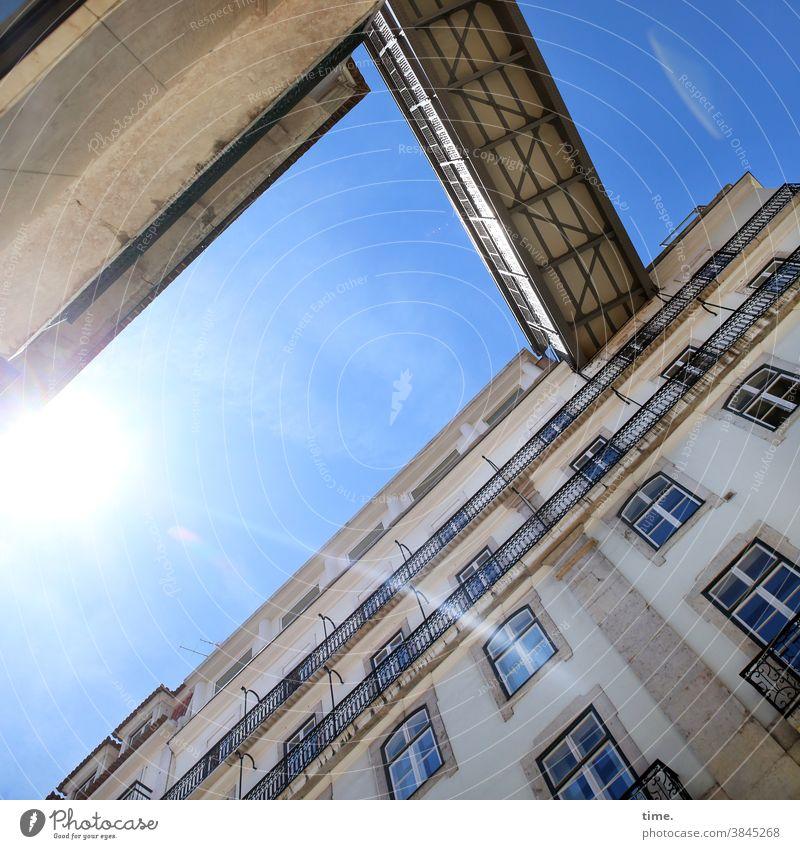 Halswirbelsäulentraining (39) häuser urban Stadt Himmel Architektur balkon sonnig Froschperspektive brücke übergang Sonnenlicht Menschenleer Außenaufnahme