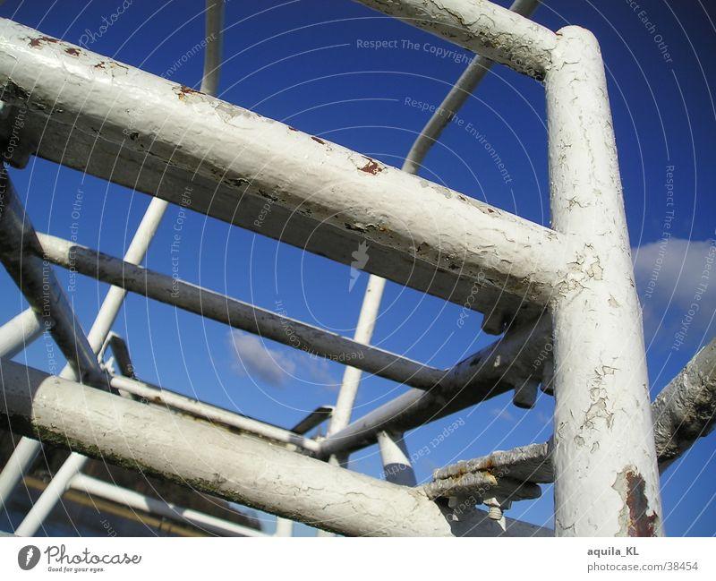Spring_Turm alt blau weiß schwarz kalt Metall Freizeit & Hobby dreckig groß außergewöhnlich fest Rost Leiter silber Gerüst