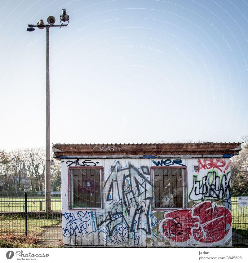 nie mehr 2. kreisklasse! Fußballplatz Kassenhäuschen Lautsprecher Graffiti Container grün Sportplatz flutlichtmast Ballsport Sportstätten Freizeit & Hobby Gras